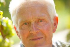 Seniorchef Werner Manz schaut nach der Reifeentwicklung